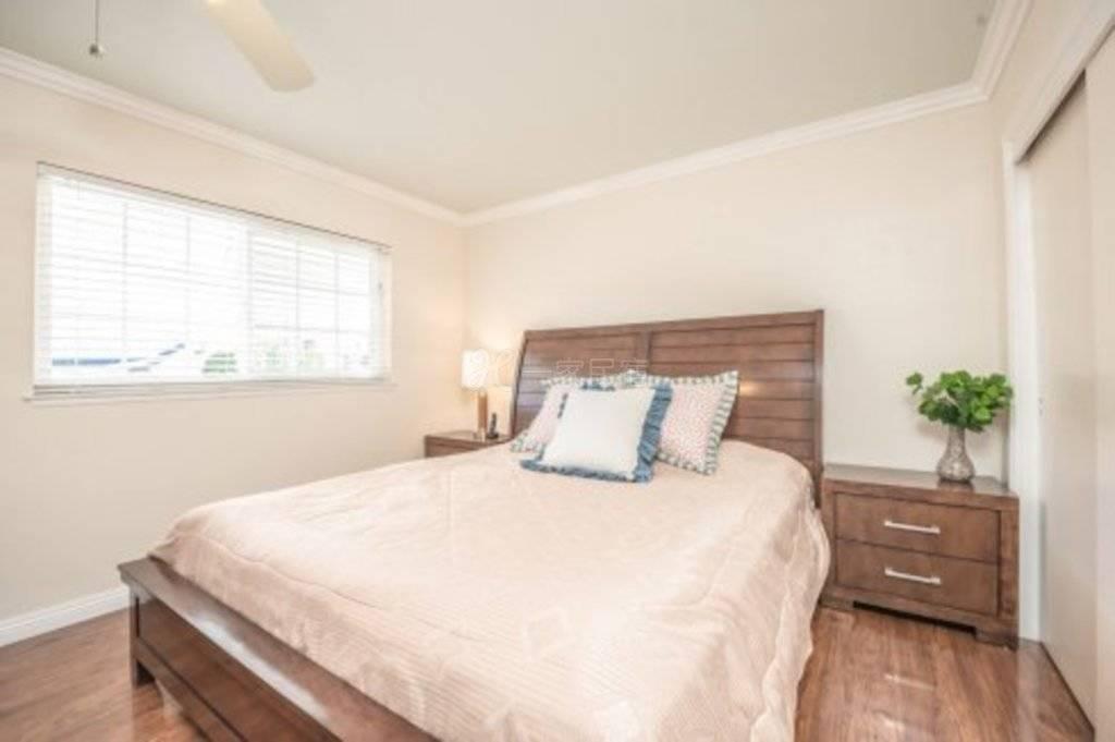 罗兰岗别墅 大套房双人床加双人沙发床