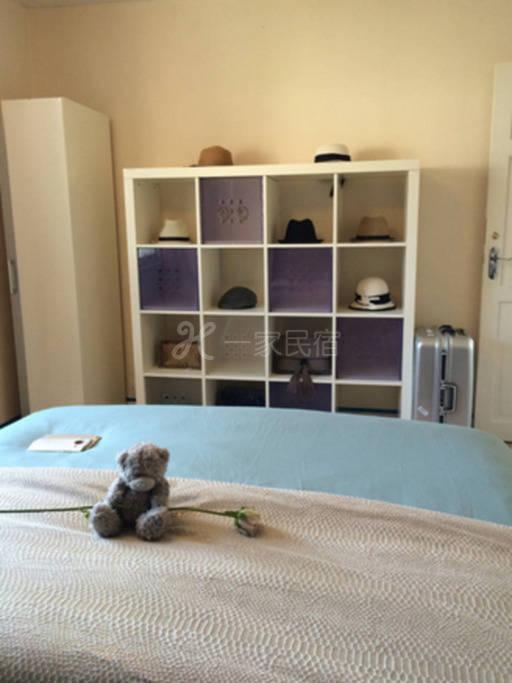 宽敞美丽的主卧室