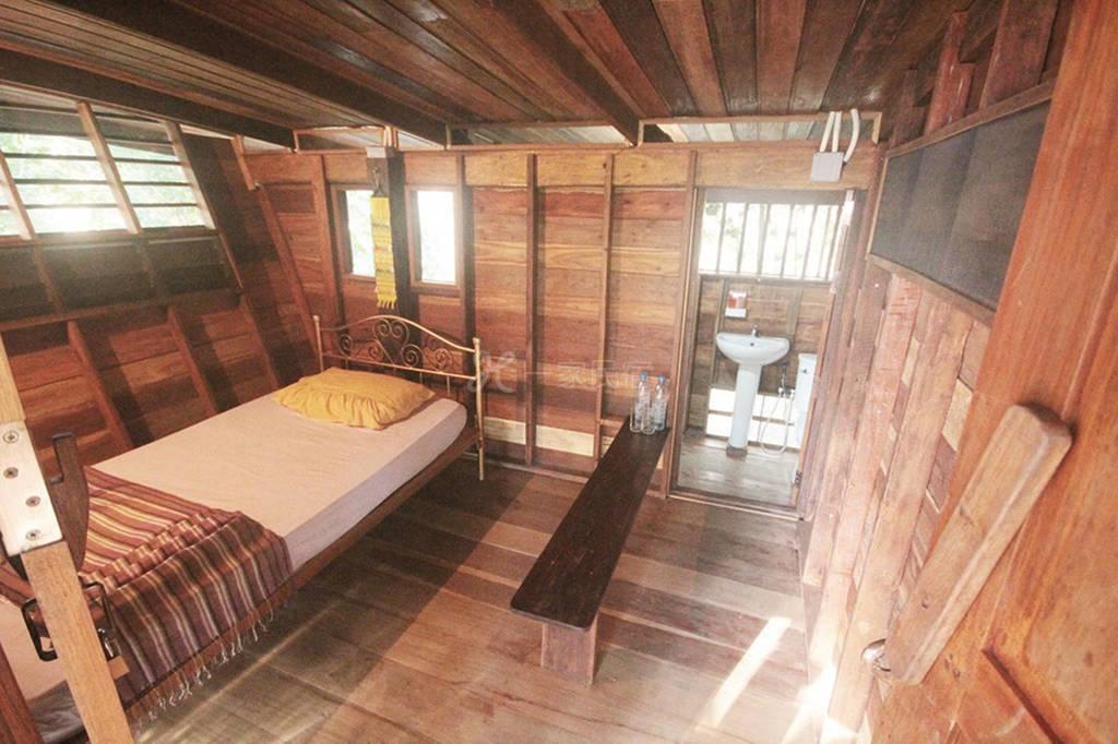 小木屋 周围多自然风光 家具齐全 适合多人居住