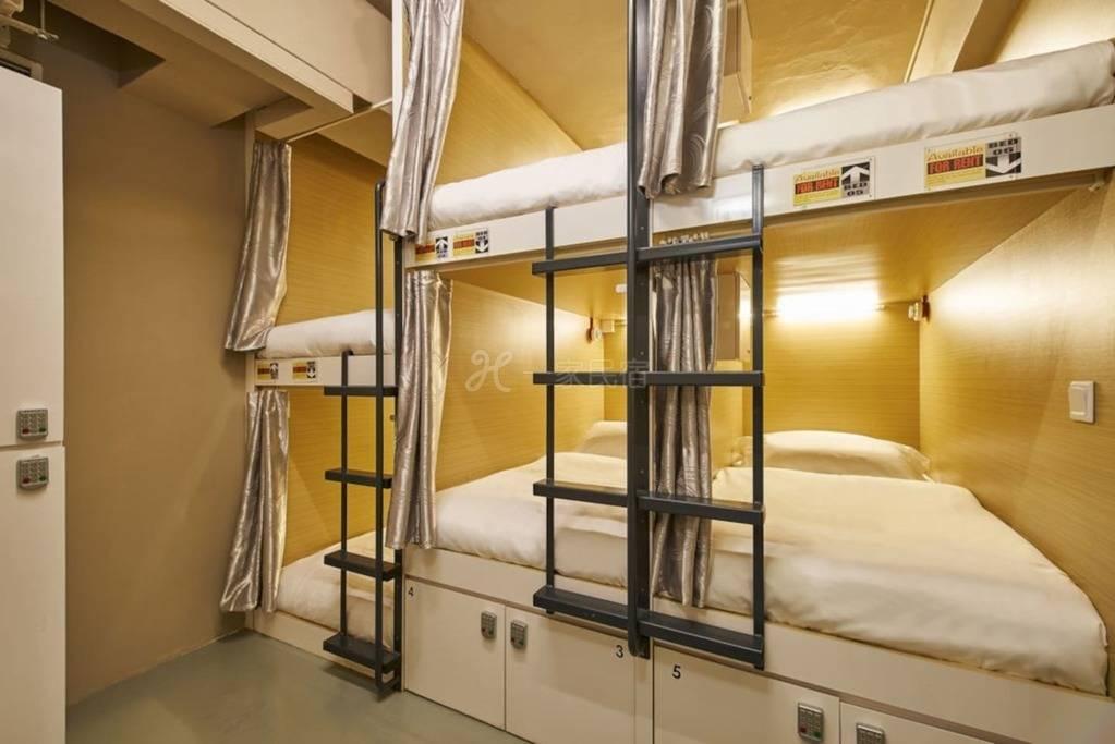 12张床位的女性宿舍的单人床