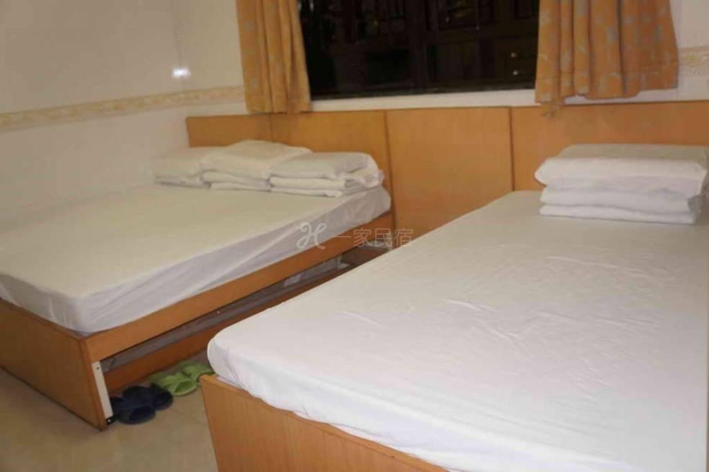 Rm06 - 一张单人床和一张双人床房