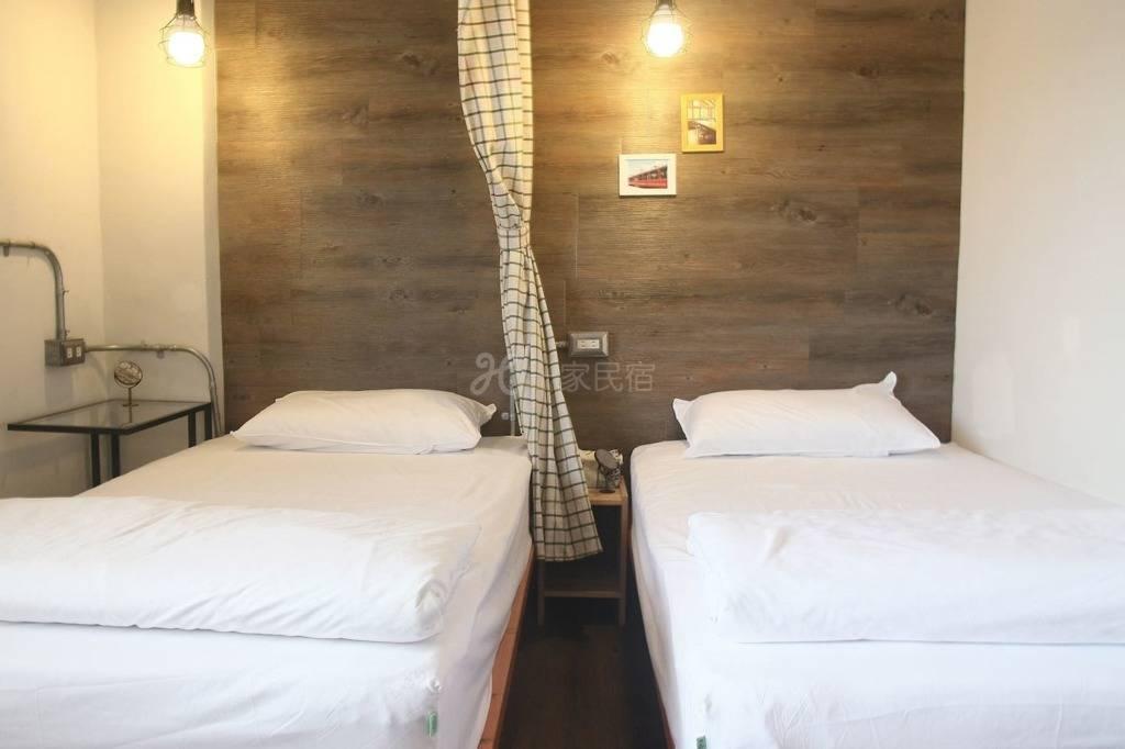 三人房床位(附早餐 近车站)共用卫浴
