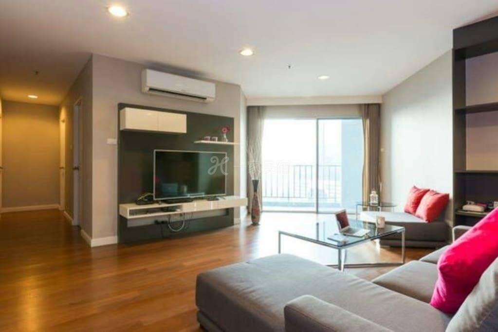 市区捷运旁高级私人公寓,三室一厅,观景阳台,WIFI,泳池健身房,比邻商场,机场快线,中英文交流