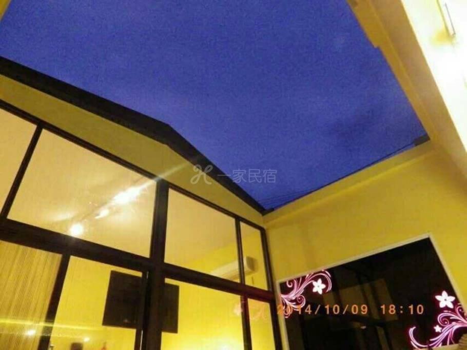 星空館(一特大床,2小床,可以住2大2小,內含卡拉ok,專屬停車位)