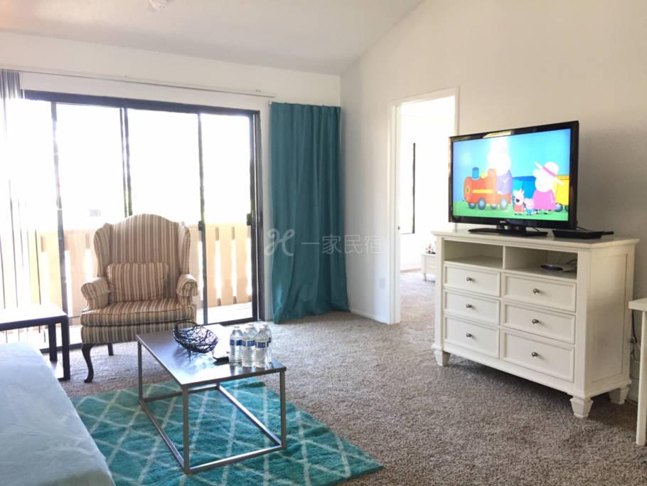洛杉矶罗兰岗泳池边高档两房两卫公寓