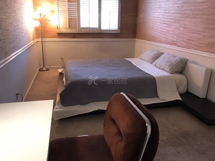 R2#温馨安静雅房,超大双人床,衣橱,书桌。公用卫生间。