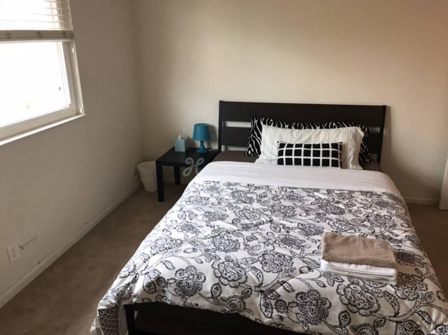 R4#温馨安静雅房,双人床,衣橱,写字台,公用卫生间。