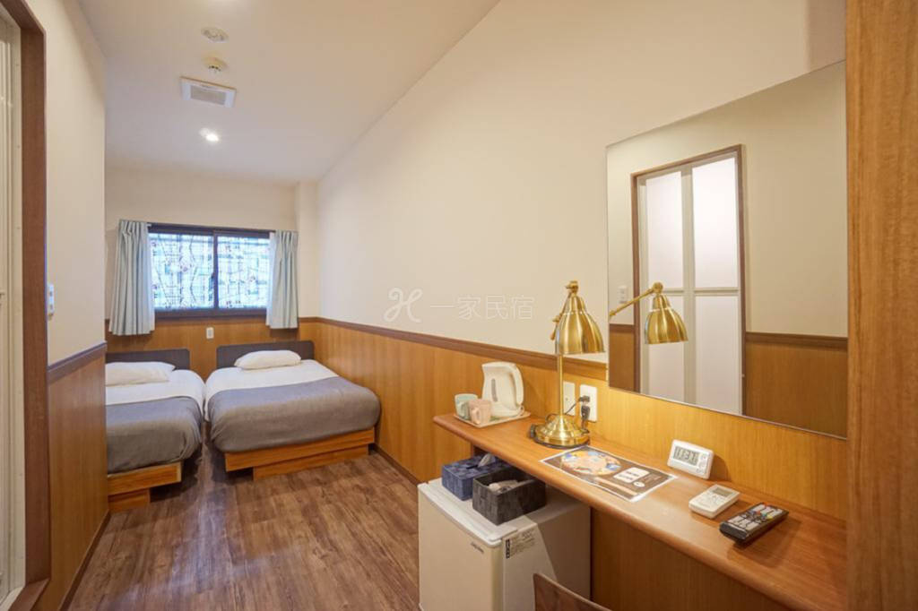 難波,日本橋,通天閣附近的民宿  里面有24個房間,每個房間里面有兩張單人床。有獨立的浴室衛生間。