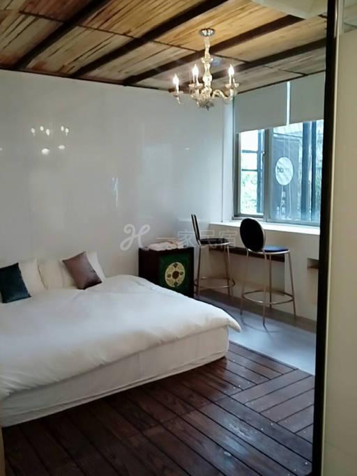 这是一栋富有歷史风味的公寓,位於知名的华山艺文特区旁边,万坪公园绿地围绕、人文艺术气息浓厚。