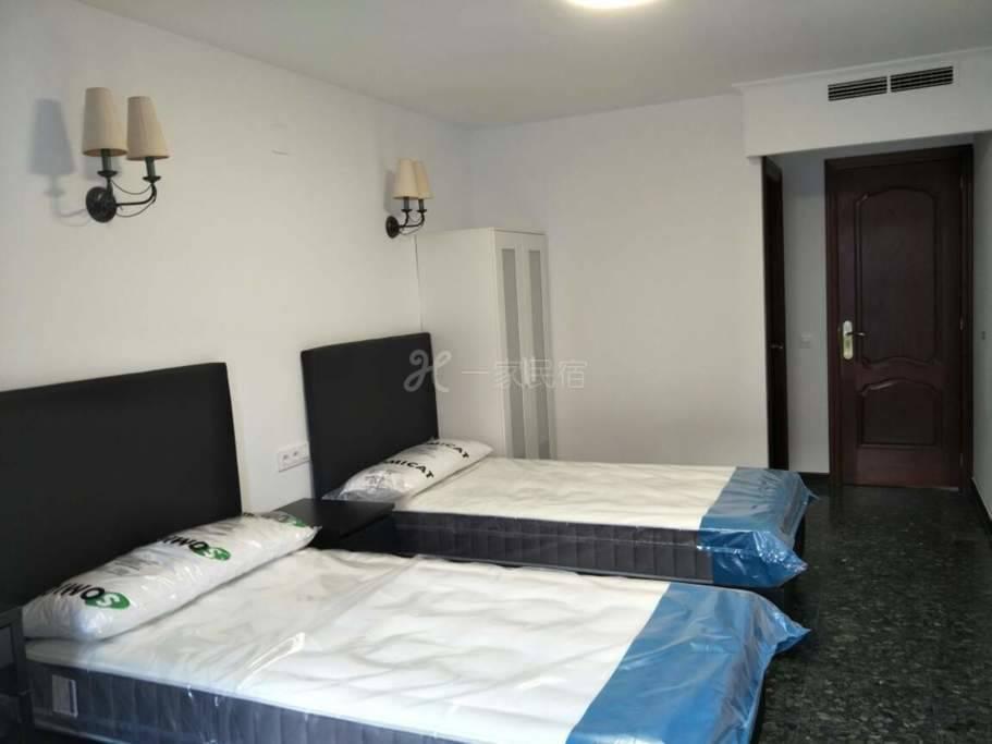 巴塞罗那豪华别墅里的私人房间带独立卫生间,带付费车库