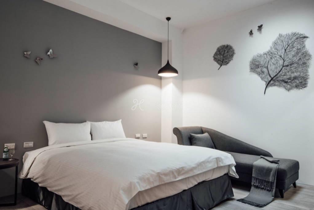 浴缸双人房302,位於环境悠閒住宅区,一楼為欧式风格餐厅。