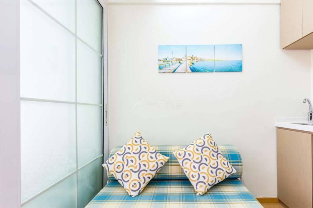 公寓内部装修及布局为小清新风格,简洁不失大雅,标准的一房一厅一卫生间,可住2-3人