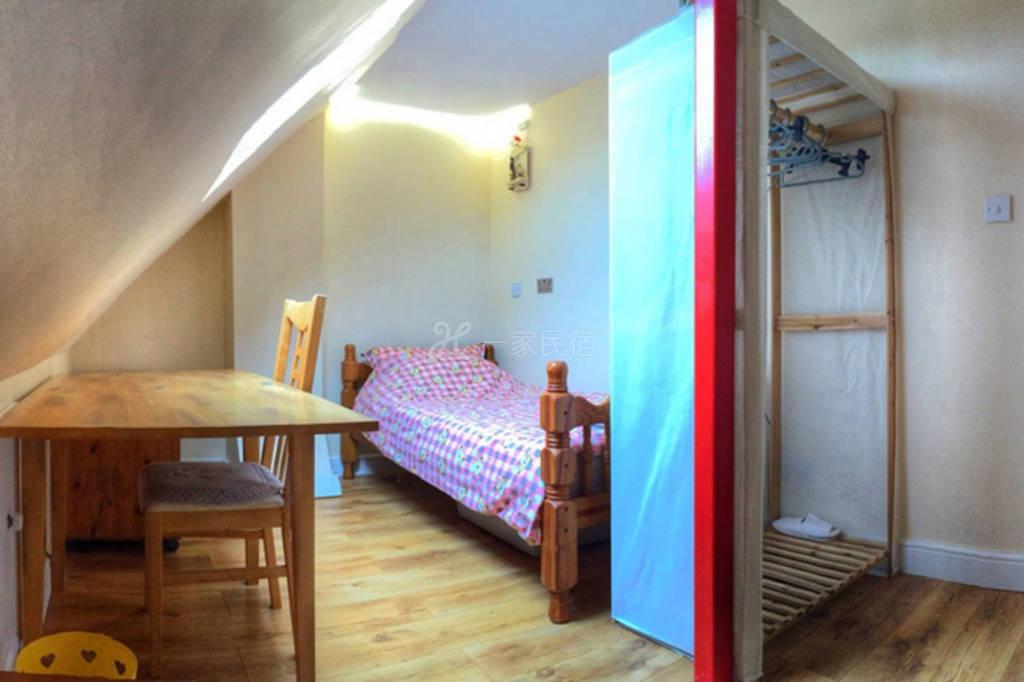 美丽的中等大小的阁楼房间