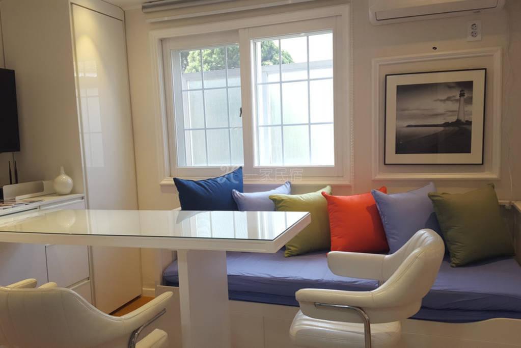 时尚的室内设计和独特的风格 顶层烧烤区 靠近繁华地段 出行方便 直接拎包入住 适合多人居住