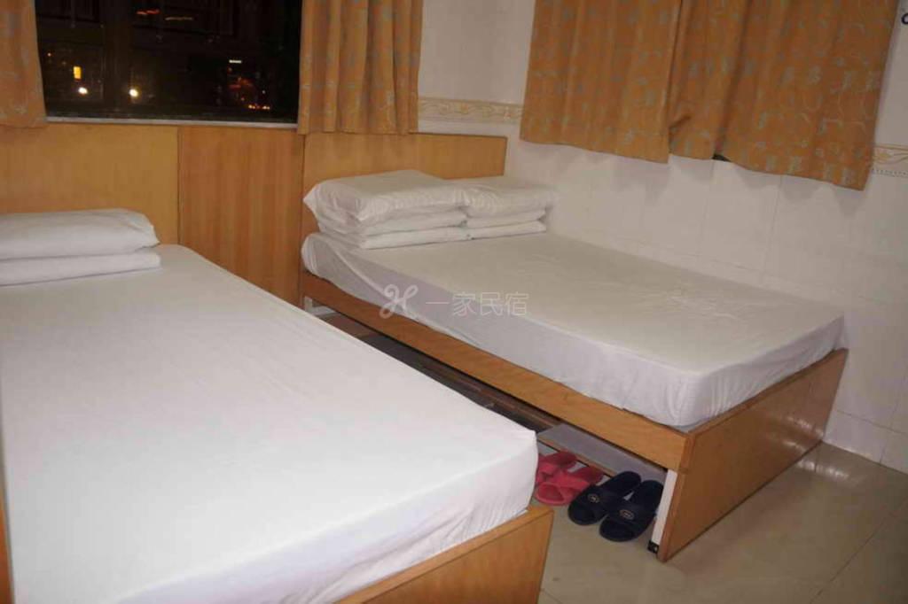 Rm12 - 一张单人床和一张双人床房