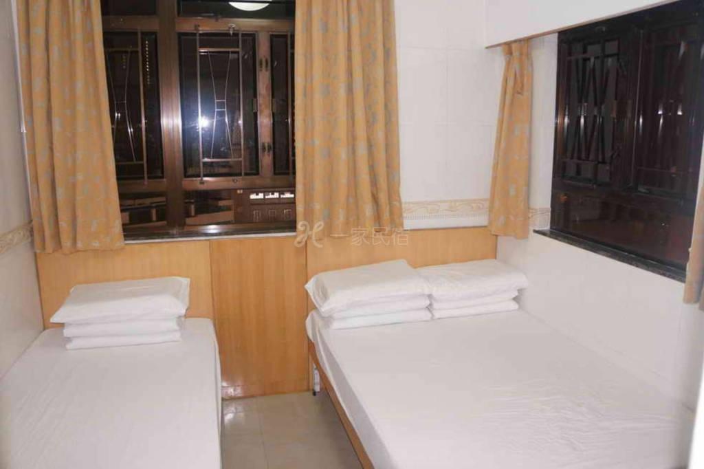 Rm09 - 一张单人床和一张双人床房