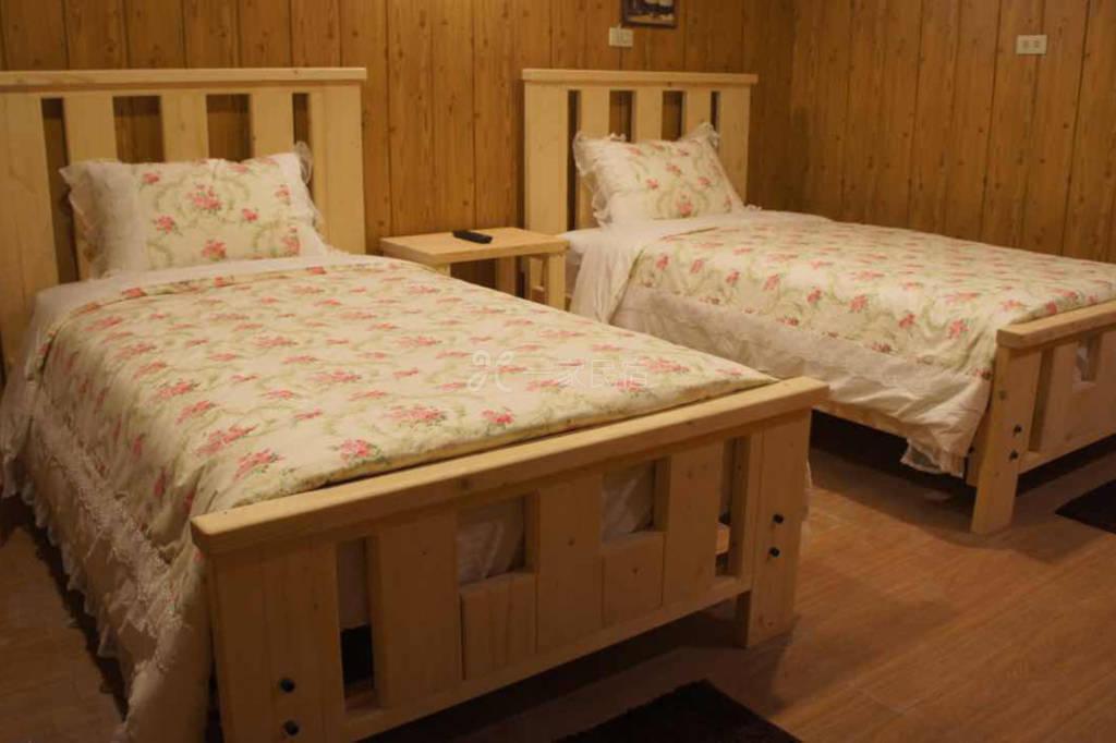 清境好家寨别馆双人二小床,空间大享受睡眠好品质,地点好找旁边就有公车站牌,景观台上风景一级棒