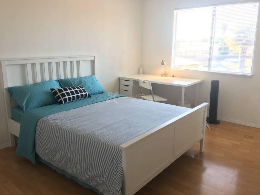 U1#房间是有独立卫生间的主卧,位于二楼,宽敞明亮,是您的旅行、工作、学习的理想选择。
