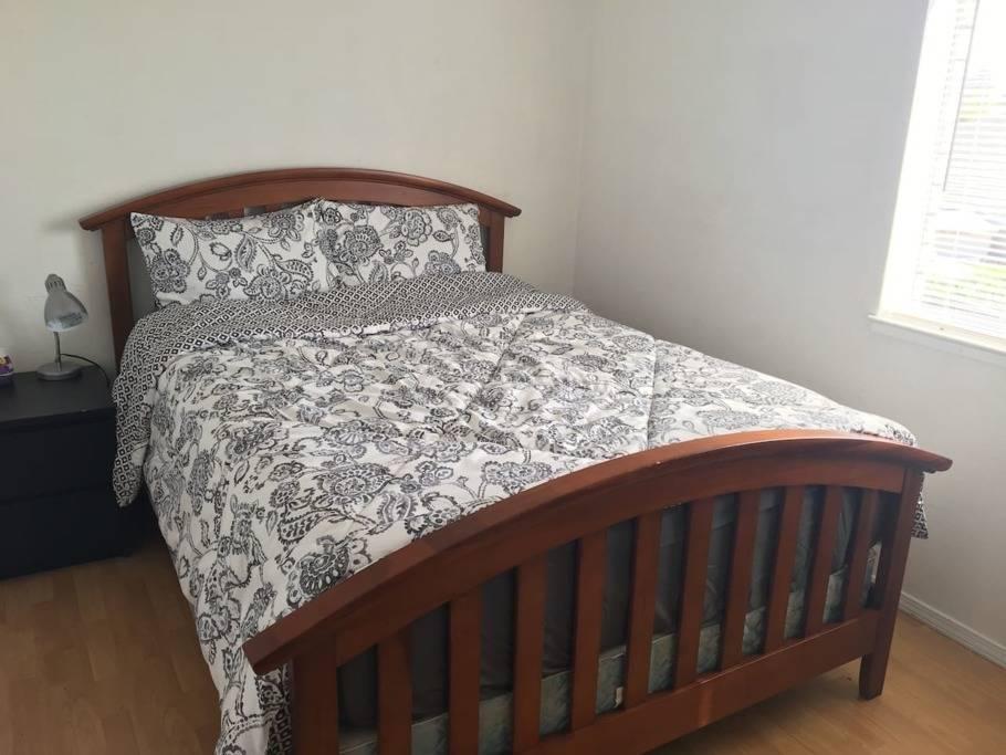 U3#是独立屋内明亮整洁的私人房间,提供生活必需品,共用卫浴,为您的出行提供便利。