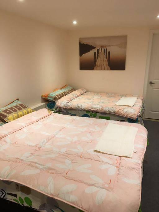9号房温馨舒适四人房间带独立卫浴半地下